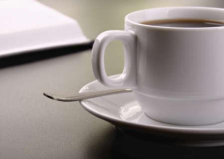 planta de cafe: taza de caf� en la superficie oscura de la tabla