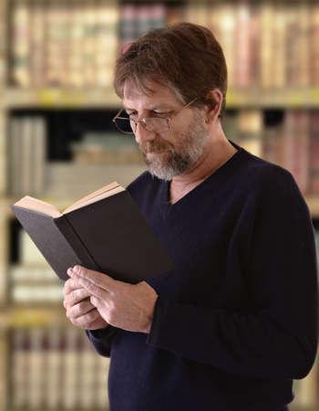 bibliotecas: hombre mayor con un libro abierto en sus manos