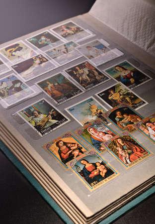 philatelist: Open Album mit bunten Briefmarken, Sammlungen von Philatelisten