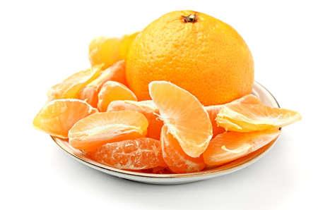 orange peel clove: fette di mandarino fresco gruppo si trova su un piattino su uno sfondo bianco