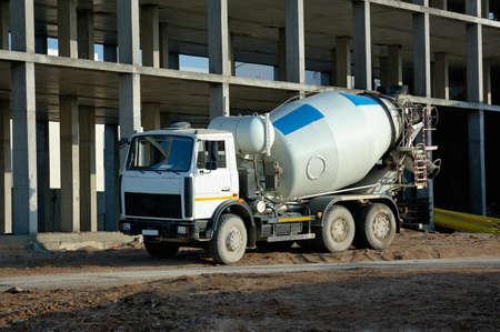 cemento: mezclador de coche contra un edificio en construcci�n Foto de archivo