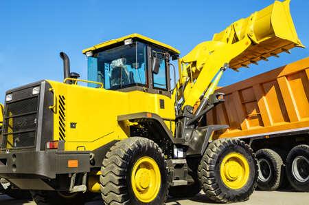 front loader: cargador frontal de cargar el camión