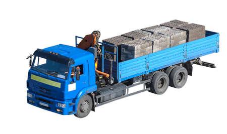 camion grua: camión con manipulador de grúa que transporta materiales de construcción