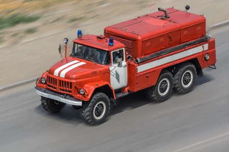 voiture de pompiers: voiture de feu se déplaçant sur la route