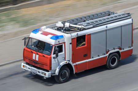 voiture de pompiers: Feu de voiture se déplaçant sur la route Banque d'images