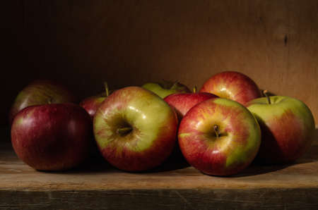 apples in bulk. Still life with ripe apples on wooden background in rustic style Standard-Bild
