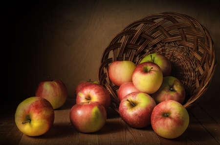 sprinkle apples on a dark wooden background. Autumn still life in a rustic style. Standard-Bild