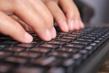 mecanografía: hombre de negocios está escribiendo en el teclado