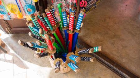 toy shop: spade finte molti colori per la vendita in negozio di giocattoli
