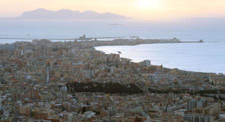 trapani: Trapani ed Isole Egadi al tramonto Stock Photo