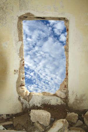 dilapidated wall: Il cielo da dentro la stanza