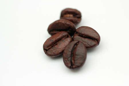 coffe bean: Cinque chicchi di caff� su sfondo bianco