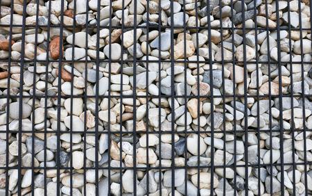 배경, 강철 격자로 강화 된 화강암 옹벽 스톡 콘텐츠