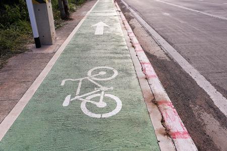 Fietspad met een symbool van de fiets langs de snelweg. Fietspad.