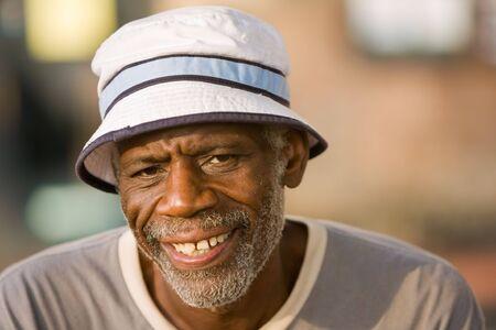 1 senior: Hombre afroamericano mayor llevaba sombrero y sonriente