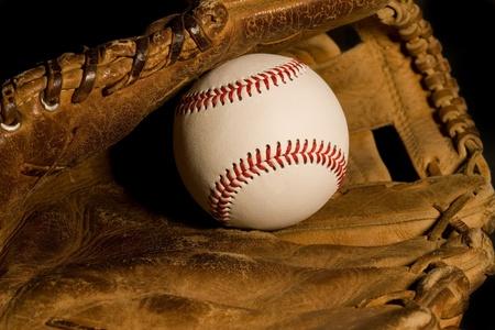 nicked: B�isbol nueva descansando en viejo guante desgastado