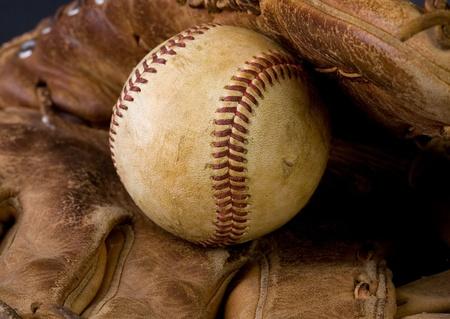 nicked: B�isbol desgastado tendido en un guante viejo