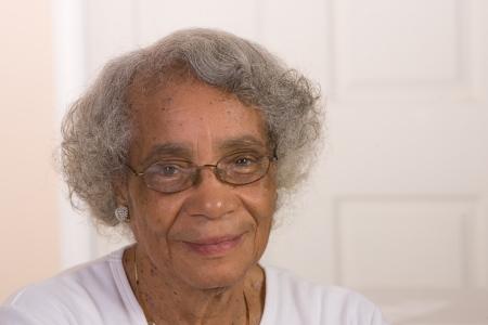 Portret van Afrikaanse Amerikaanse vrouw die glazen draagt