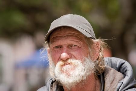 vagabundos: Primer plano del hombre sin hogar