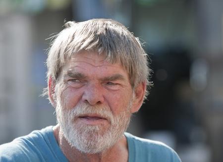 日中屋外ひげを持つ高齢者シニア男