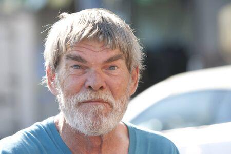 日中屋外のひげと高齢者の年配の男性