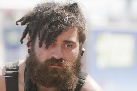 昼間に外ショット ドレッドヘアを持つ若い男