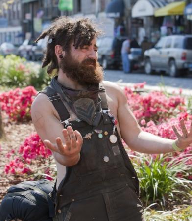ドレッドヘアと入れ墨を若い男、昼間の間に外で撮影