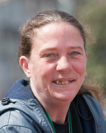 Homeless woman smiling with bad teeth. Outdoors during the daytime. Banco de Imagens