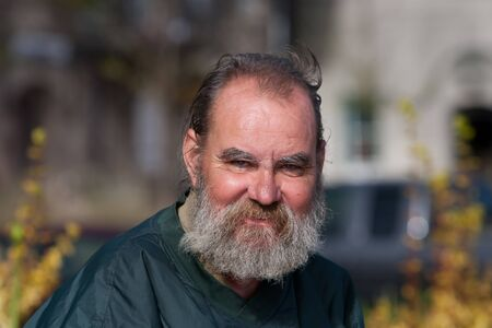 Portrait of homeless man outdoors during daytime Foto de archivo