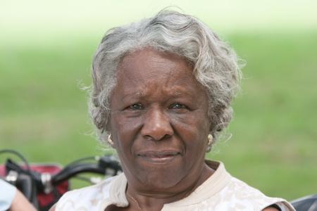 African American: Retrato de la se�ora mayor del afroamericano al aire libre durante el d�a Foto de archivo