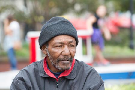 屋外の肖像画のためにポーズ アフリカ系アメリカ人のホームレスの男 写真素材