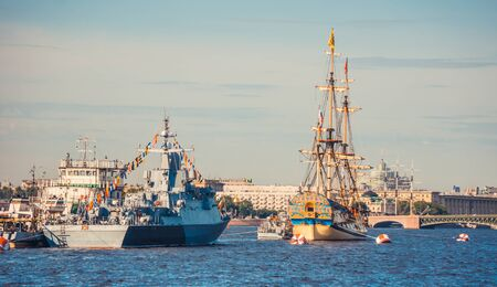ST.PETERSBURG, RUSSIA - JULY 23, 2019 - Russian warship and sailboat at celebration of the Navy Day 新聞圖片