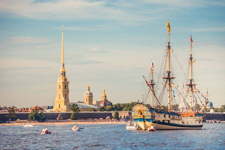 ST.PETERSBURG, RUSSIA - JULY 23, 2019 - Hystorical sailboat at celebration of the Navy Day on Neva river and Peter and Paul Fortress 新聞圖片