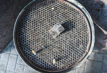 Round mesh garbage can for cigarette stubs 版權商用圖片