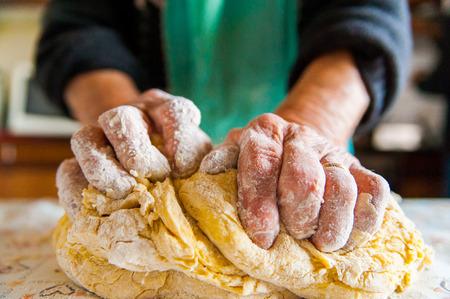cerca de la abuela que hace las pastas de la manera tradicional