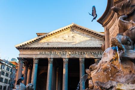 palomas volando: palomas volando sobre la monta�a frente a Pante�n de Roma Editorial