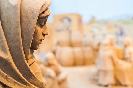 Standbeeld van zand het maagdelijke Mary in dichte omhooggaand van de Kerstmisvoederbak