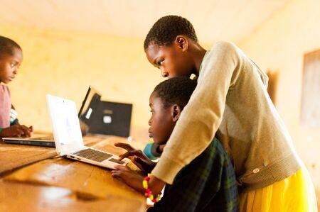 Bafoussam, Camerún - 06 de agosto de 2018: hermosa imagen de escolares africanos que aprenden a usar la computadora en el aula de la escuela africana Editorial