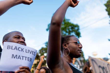 Barcelone, Espagne - 1er juin 2020 : le mouvement Black Lives Matter demande la fin de la brutalité policière et du racisme contre les Afro-Américains et les personnes de couleur après le meurtre de George Floyd, scandant et tenant des banderoles