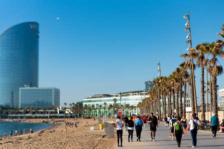 Barcelona, Spain - 2 may 2020: people do sport in barceloneta beach wearing protection face mask against coronavirus, after the first phase of the desescalada and the end of the confinement and social distancing Foto de archivo - 149227137