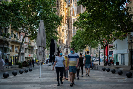 Barcelona, Spain - 20 may 2020: tourists wearing face mask walk in the european city during the corona virus pandemic. The travel and tourism industries are the more badly hit by the crisis Foto de archivo - 149227143