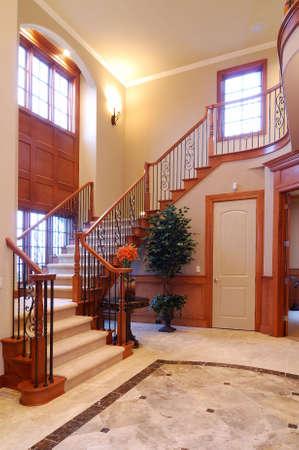 woonwijk: Grand Staircase in een luxe Amerikaanse huis  Stockfoto