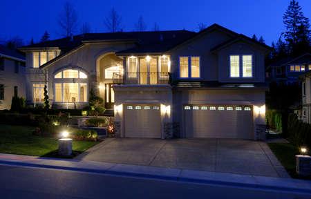 haus beleuchtung: Neue gro�en amerikanischen House  Lizenzfreie Bilder