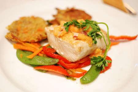 gebakken kabeljauw met groenten op een bord