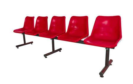 des chaises en plastique rouge � l'arr�t de bus isol� sur blanc