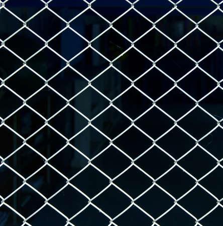 motif de treillis d'acier sur un fond noir Banque d'images
