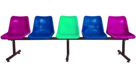 des chaises en plastique � l'arr�t de bus isol� sur fond blanc Banque d'images