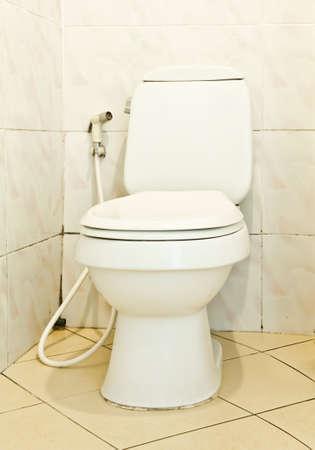 les toilettes en c�ramique blanche dans salle de bain