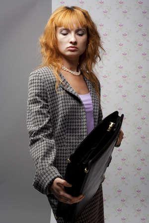 black briefcase: ella examina el malet�n negro  Foto de archivo