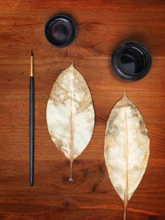 hojas secas: de tinta, dos hojas secas y maleza